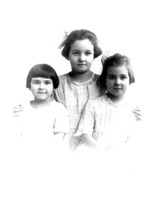 Vivian with her sisters: (l to r: Eleanor, Adelaide, and Vivian) Chicago, 1917, Courtesy of Scarecrow Press